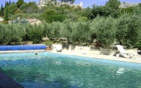 Les coquelicots, maison dans les oliviers,  au pied du vieux village d'Eygalières