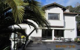 Villa moderne confortable, grande piscine,terrasse extérieure,  jardin, belle vue campagne