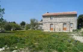 jolie maison en pierre  dans un milieu naturel avec un jolie paysage chemin pédestre à proximité