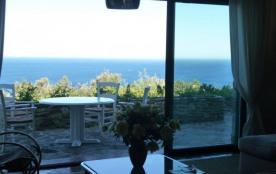 Dans domaine privé du Gaou Bénat, superbe vue mer panoramique pour cette villa typique du domaine...