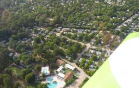 Accueillant jusqu'à 2 personnes, votre mobil home de 18 m² et sa terrasse privative est situé sur...