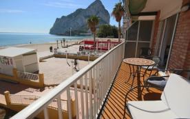 2 BD Beachfront Apartment - Stunning Sea Views & direct access to the beach