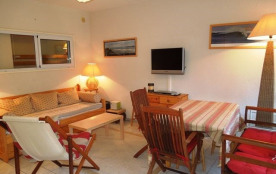Agréable appartement en rez-de-chaussée avec jardinet dans résidence avec piscine située à enviro...