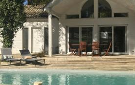 Villa en bois avec piscine privée dans le domaine du Golf de Biscarrosse, proche lac