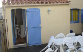 Jolie maisonnette de vacances avec belle terrasse arrière et décoration soingée :
