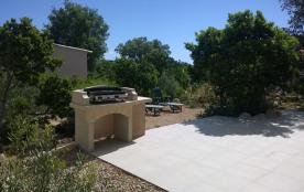 Plancha sur la terrasse et jardin privatif de la location