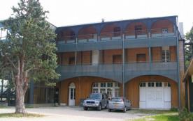 Situé à 1400 m d'altitude, proche d'une station de loisirs été et hiver, cet hébergement se trouv...