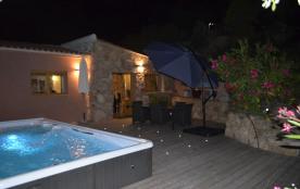 Charmante villa plein sud, à deux pas des plages de Santa Giulia et Palombagia, climatisée, piscine privative, Wifi.