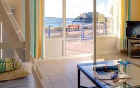A proximité directe du club de plongée Espace Mer, de l'embarcadère pour l'île de Porquerolles, du sentier côtier et ...