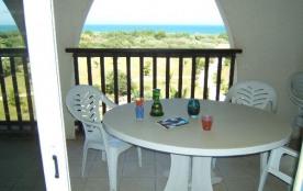 Situation géographique : cette location saisonnière en bord de mer dans une résidence avec accès ...