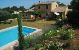 Grande villa récemment construite dans le style provençal, située dans un quartier calme.