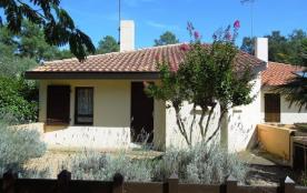 Agréable maison jumelée située dans quartier calme à environ 900 m de l'océan et des petits comme...