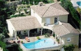 Vue mer panoramique sur la Baie de Cavalaire pour cette grande villa avec piscine située sur les ...