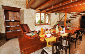 L'hiver les petits déjeuners se prennent devant la cheminée, l'été sur la terras