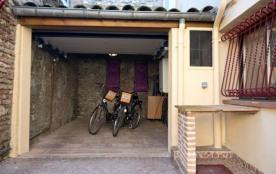 Maison mitoyenne de 54 m² possédant un garage de 20 m². Labellisée 3 clés clévacances et 3*** meu...