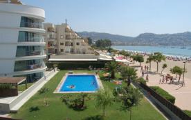 Appartement en bord de mer avec piscine, vue sur mer et plage.