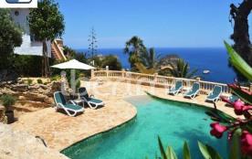 IB-5608, cette villa de 200 m² dotée d'une piscine privée et offrant une magnifique vue sur la me...