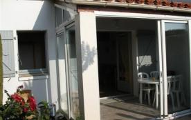Petite maison individuelle avec jardinet cloturé mitoyenne dans résidence de vacances