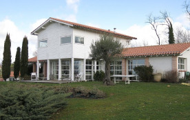 Maison d'architecte contemporaine avec piscine et domaine et dans cadre agréable et reposant