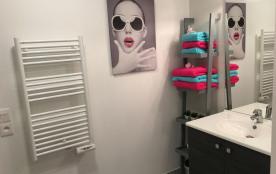 jolie salle de bain spacieuse avec baignoire