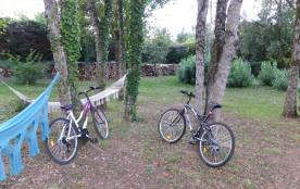 Hamacs sous les arbres, vélos à disposition