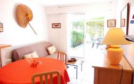 Dans résidence de vacances en bord de mer avec piscine et parking commun, à 200 m de la plage du ...