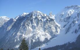 Vue sur les montagnes suisse depuis le circuit raquettes.