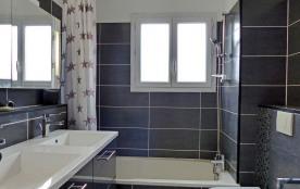 salle de bain avec w.c.
