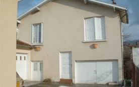 Petite maison rénovée, mitoyenne à l'habitation du propriétaire, à 1,2 km du centre de Villefranc...