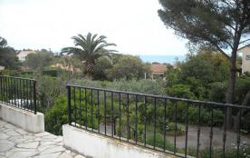 Terrasse devant la maison, vue mer. Photo en hiver, le climat est très doux
