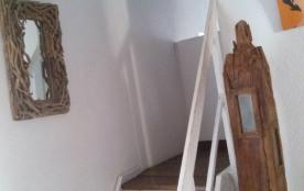 Escalier en bois pour l'accès à la chambre 3