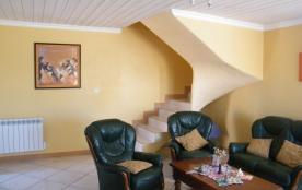 salon et escalier d'accès à l'étage