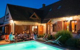 Soirée en terrasse au bord de la piscine chauffée de juin à septembre