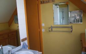 La salle de bain (douche, lavabo, WC, lave linge)