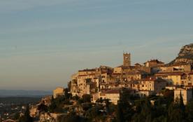 le village de Saint-Jeannet accroché à son baou. Point de départ des randonneurs