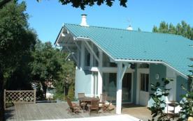 Villa contemporaine sur plusieurs niveaux, avec piscine, située sur un terrain pentu d'environ 16...