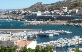 Maison avec vue féerique sur le port des Goudes à Marseille .