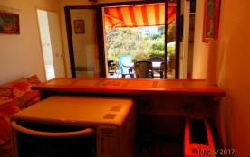 depuis le coin cuisine, vue sur terrasse