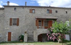 Maison en pierre de pays dans un petit hameau, au calme, gîte sur 2 niveaux mitoyen à la maison d...