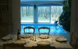 Espace piscine vu du séjour salle à manger
