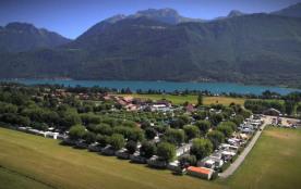 Sur 6 hectares d'espaces locatifs, au pied du massif des Bauges, à seulement 800 m du lac d'Annec...