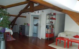 Dans une résidence avec piscine, agréable appartement sous comble au deuxième et dernier étage d'...
