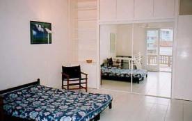 Cet agréable studio refait à neuf se situe au 1er étage d'une maison divisée en 2 studios.