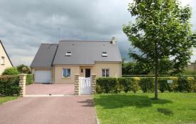 Clévacances - Maison confortable dotée d'un garage et d'un bel espace vert pour la détente.