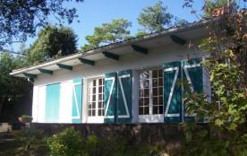 Villa de 1960 construite sur un terrain légèrement pentu et boisé dans un quartier résidentiel d'...