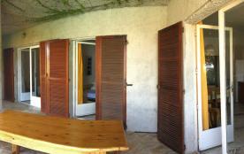 3 portes fenêtres donnant sur la terrasse,