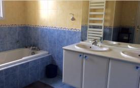 Salle de bain avec baigoire