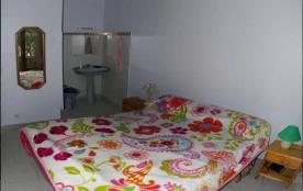 chambre 1 du rez de chaussée avec son cabinet de toilettes