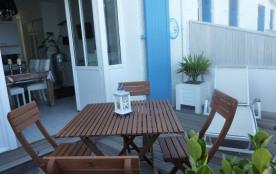 Terrasse en bois avec table et chaises longues