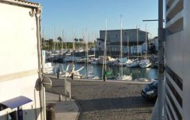 Studio de charme dans belle bâtisse plein centre vue sur le port de Saint Martin de Ré.